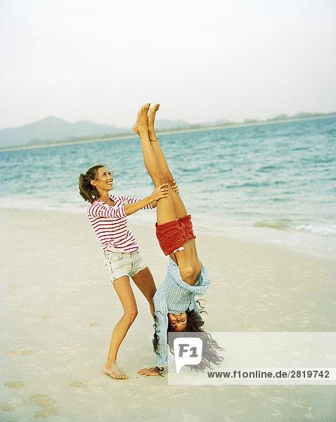 Zwei skandinavische Frauen am Strand.