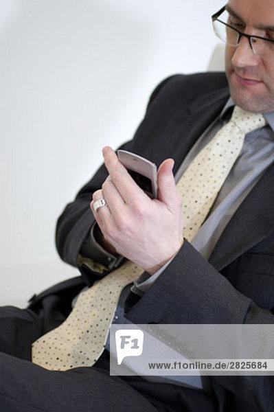 Portrait des Kaufmanns schreiben Textnachricht auf Handy