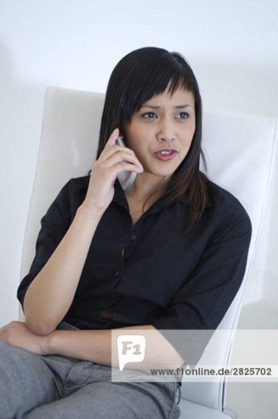 Porträt von asiatischen geschäftsfrau Gespräch auf ihrem Handy