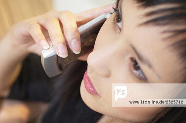 Portrait of young asian Woman sprechen auf Handy