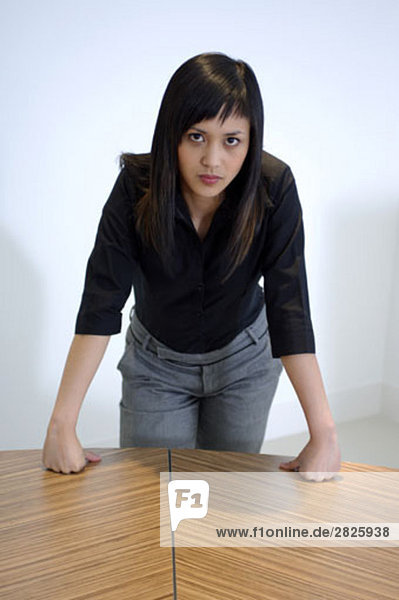 Portrait of young asian Woman leaning on Tabelle in office