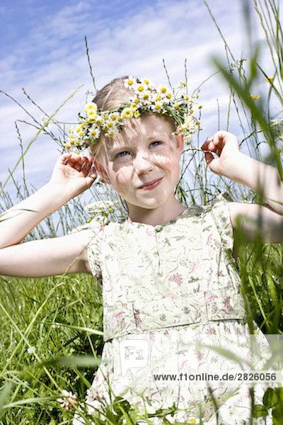 Porträt der jungen Mädchen tragen Kranz aus Margeriten