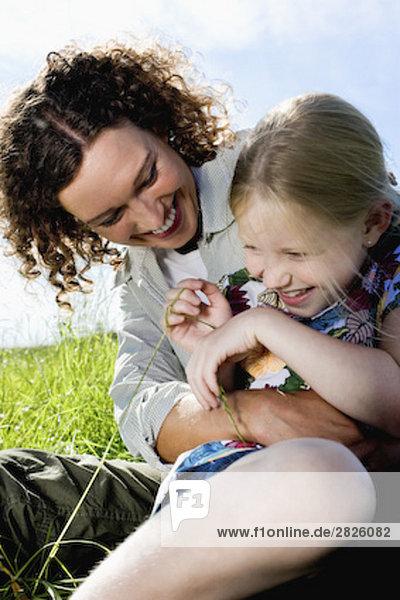 Porträt der jungen Mutter ihre Tochter kitzeln