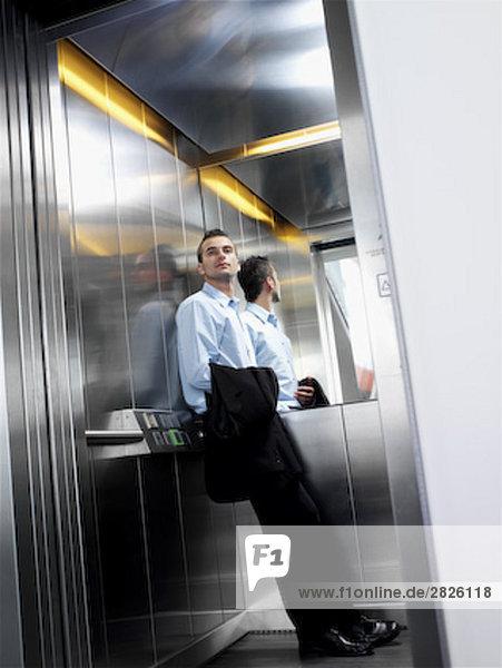 young Businessman in Aufzug stehen