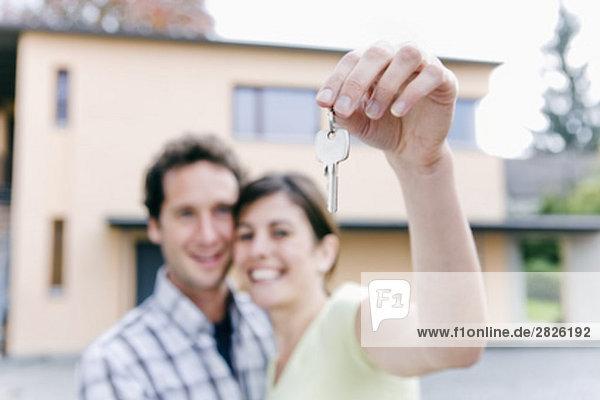 halten jung Schlüssel Eigentumswohnung neues Zuhause
