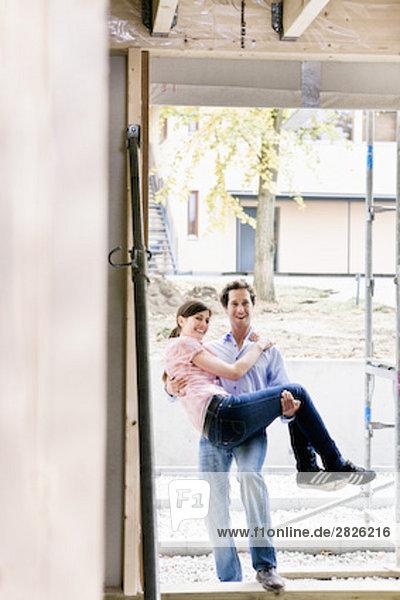 Ehefrau tragen jung Eigentumswohnung neues Zuhause