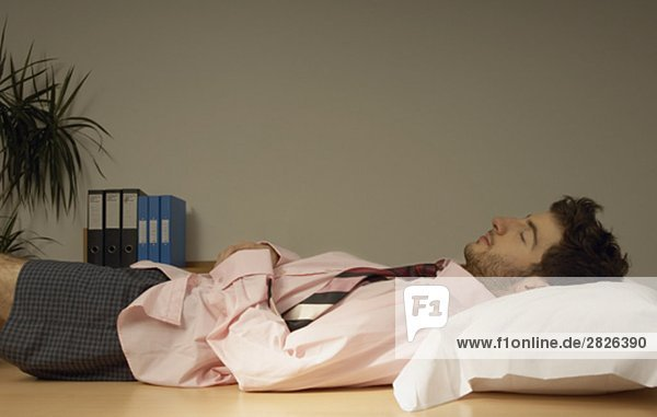 Kaufmann schlafen auf seinem Schreibtisch