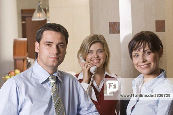 Portrait von drei Hotel Mitarbeitern eine Beantwortung des Telefons