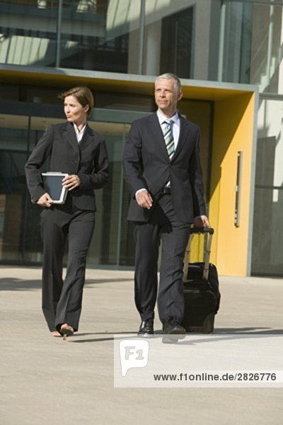 Portrait Geschäftsfrau Geschäftsmann Gebäude reifer Erwachsene reife Erwachsene Büro voll verlassen