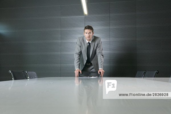 Porträt von Kaufmann am Konferenztisch in meeting-Raum
