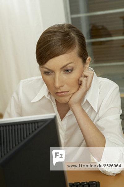 Porträt von gelangweilt geschäftsfrau Blick auf computer