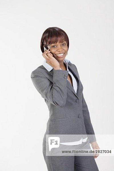 Porträt von lächelnd schwarz geschäftsfrau Gespräch auf Handy