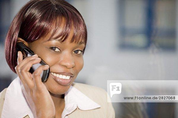 Porträt von schwarzen geschäftsfrau an Fenster sprechen auf Handy