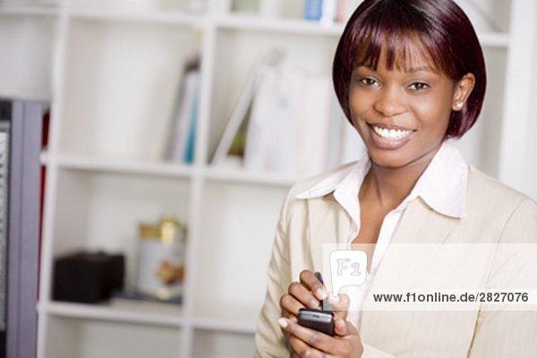 Porträt von schwarzen geschäftsfrau Eingabe SMS-Nachricht mit Stift