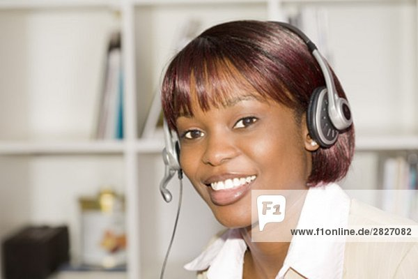 Headshot of black geschäftsfrau Headset tragen