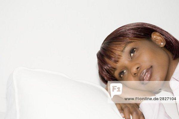 Headshot melancholisch schwarze Frau sitzt auf sofa