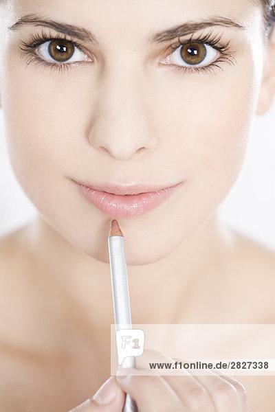 Frau trägt Lip liner auf