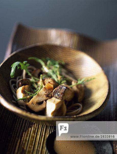 Buchweizen Pasta-Salat mit Steinpilzen und Sesamsoße