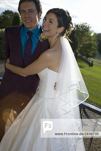 Junges frisch verheiratetes  sich umarmendes Pärchen