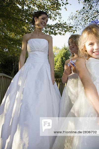 Mittelalte Braut mit zwei jungen Brautjungfern