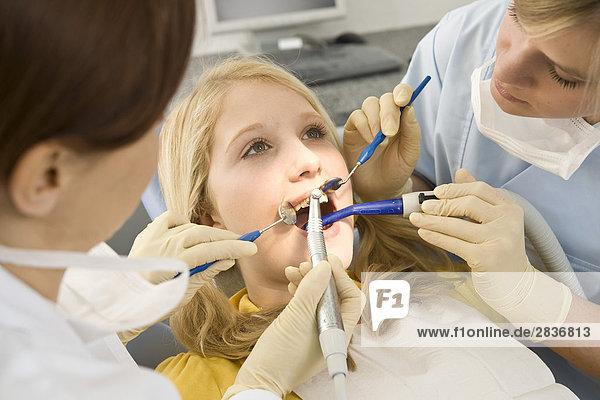 Mädchen beim Zahnarzt - F1online - Lizenzpflichtiges Bild