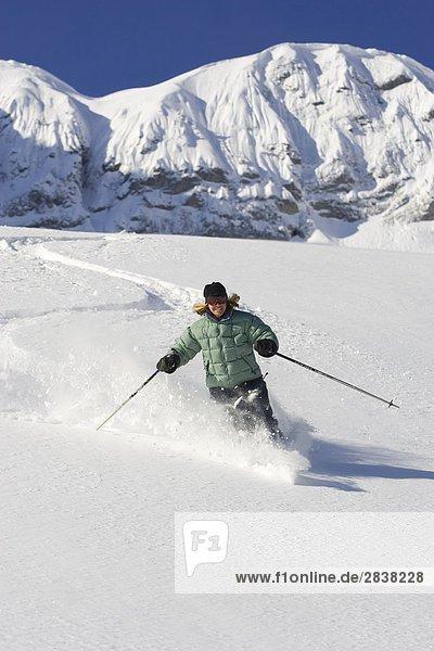 Junge Frau Skifahren frisch untracked Pulver in Fernie Alpine Resort  Fernie  British Columbia  Kanada.