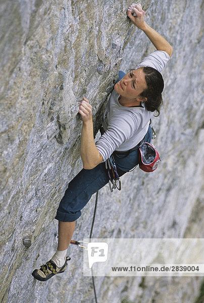 Frau Flatty's Klettern  Little White Wall Skaha Bluffs  Penticton  British Columbia  Kanada.