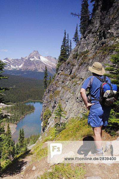Wanderer bewundern die Ansicht von Mary Lake  Lake O'Hara Bereich der Yoho Nationalpark  British Columbia  Kanada.
