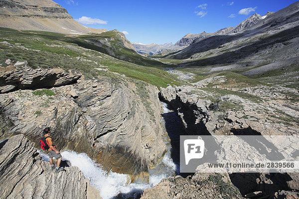 Wanderer genießt einen spektakulären Ausblick das Dolomit Creek Tal im Hinterland von Banff-Nationalpark in der kanadischen Rockies  Alberta  Kanada.