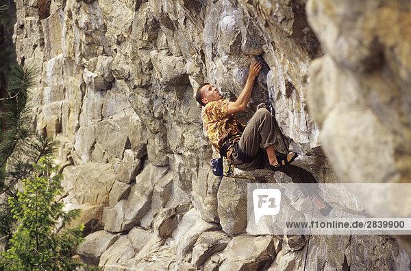 Mann Klettern geknickt  5.12 c. Die Wave-Wand. Skaha Bluffs. Penticton  British Columbia  Kanada.
