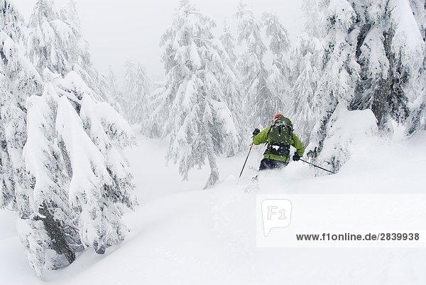 Mann Ski unten Hollyburn Berg. Cypress Schüssel  West Vancouver  British Columbia  Kanada.