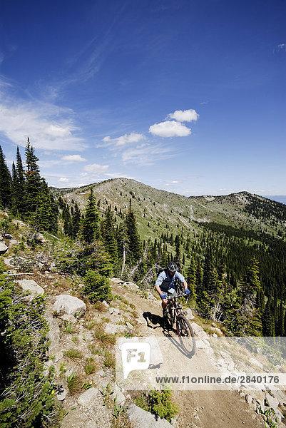 Man Fahrräder den Seven Summits-Trail Rossland  British Columbia  Kanada.
