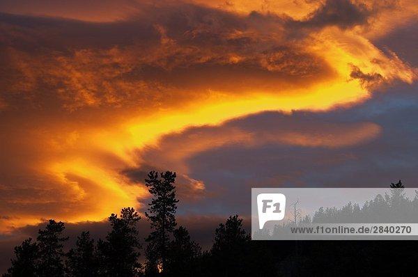 dramatische Sonnenuntergang mit Wolken  Jasper-Nationalpark in Alberta  Kanada.