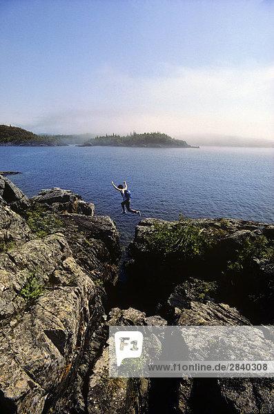 Felsbrocken Mann Küste springen vorwärts Neufundland Kanada