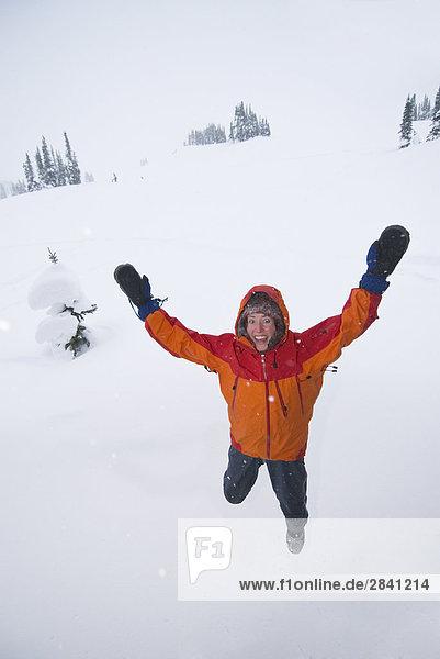 Der Mensch in Orange Jacke springen in der Luft  Québec  Kanada.