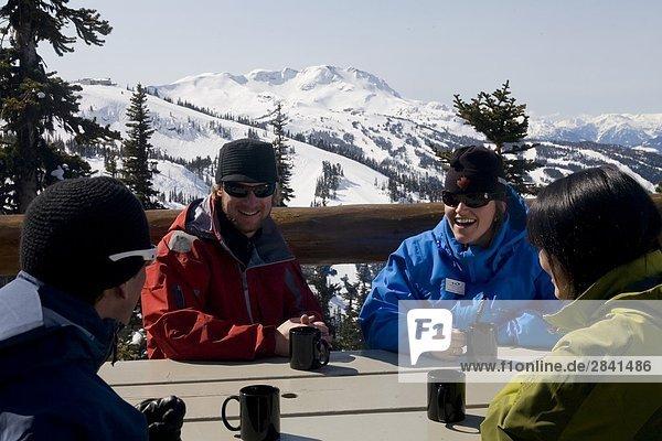 eine Gruppe von Skifahrer entspannenden zwischen läuft  Whistler  British Columbia  Kanada.