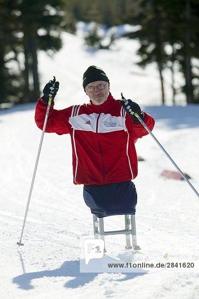 IPC Paralympischen Leichtathlet aus Polen erwärmt sich in Erwartung von einem Langlauf-Rennen. Mt. Washington  Vancouver Island  British Columbia  Kanada.