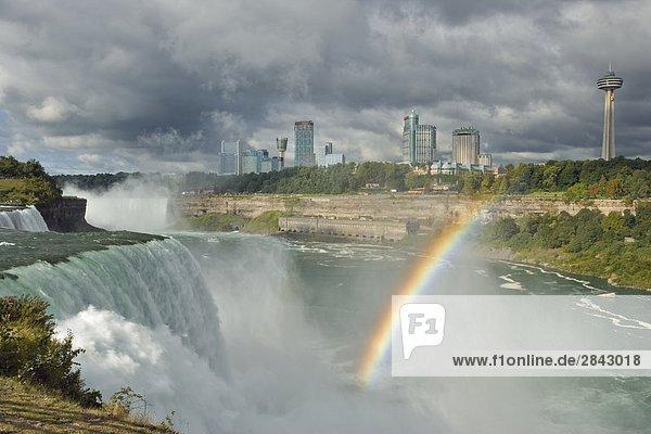 Die American Falls von Prospect Point  Niagara-Fälle. New York  Vereinigte Staaten  mit atemberaubenden Horseshoe Falls trennen und Niagara Falls  Ontario  im Hintergrund.
