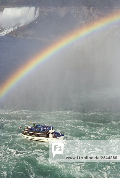 Maid of the Mist an der Basis des Horseshoe Falls mit die American Falls im Hintergrund  Niagara Falls  Kanada