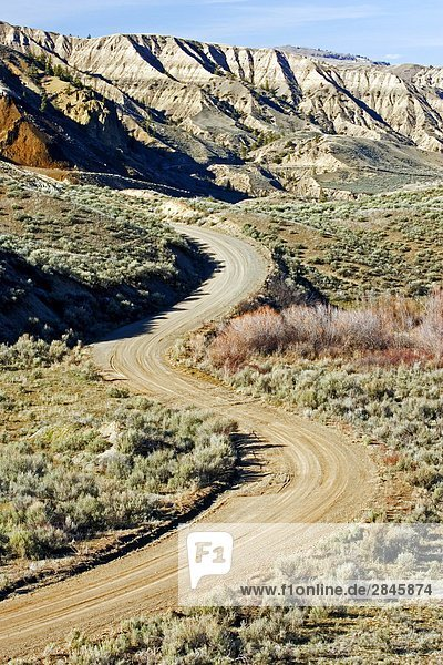Straße in die Churn Creek Bereich  British Columbia  Kanada zurück.