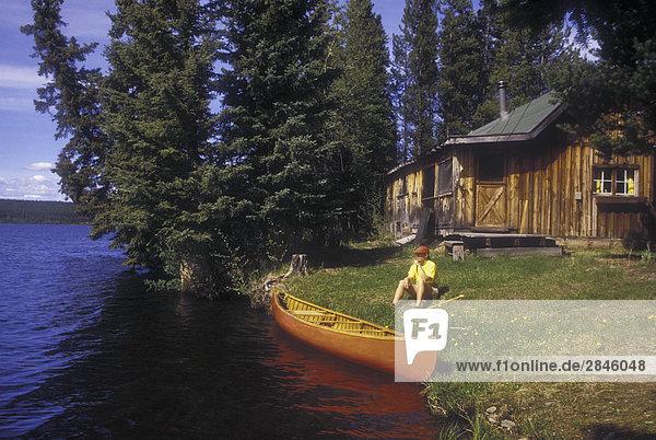 Kanu auf Sommerhaus  Chilcotin Region  British Columbia  Kanada.