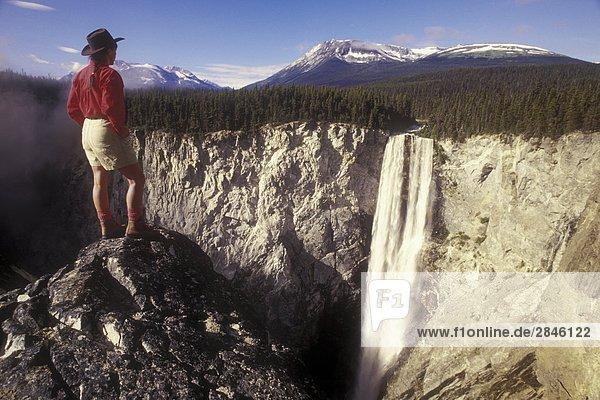 Wanderer in Hunlen Falls  Tweedsmuir Park  Turner Lake Trail  British Columbia  Kanada.