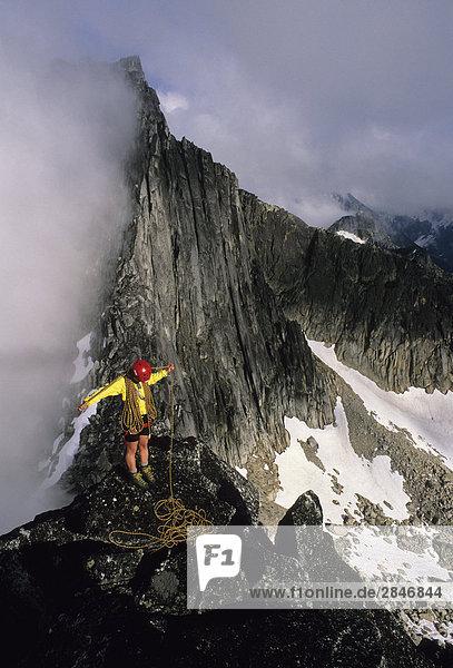 Senja Palonen Spulen ein Seil auf dem Gipfel des North Nesakwatch Spire nach dem Aufstieg von der North Ridge Route  Chilliwack Tal  British Columbia  Kanada.