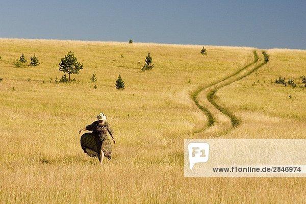 Eine Frau in das Grasland von Becher's Prairie  British Columbia  Kanada.