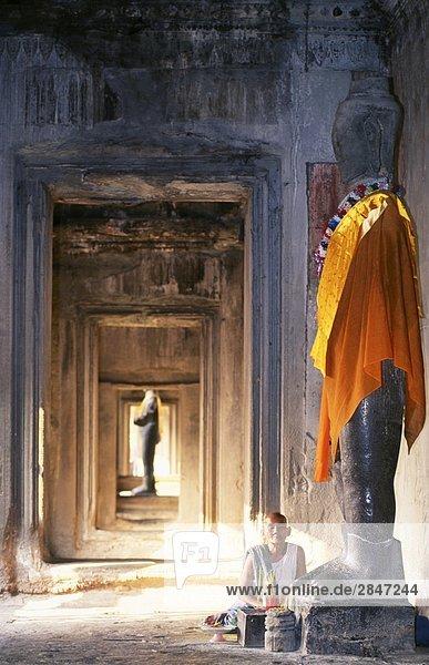 Süd-Ost-Asien  Kambodscha  Siem Reap  Angkor Wat  buddhistische Nonne im Tempel