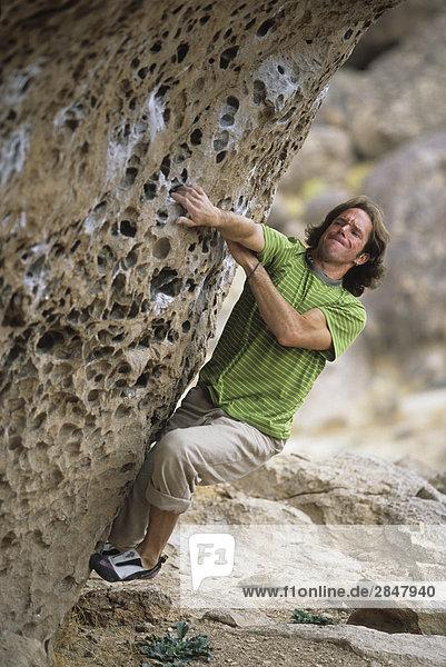 Ein Kletterer Arbeit seinen Weg auf diese vuggy Felsbrocken in Happy Felsbrocken  Bischöfe  California  Staaten Vereinigte.