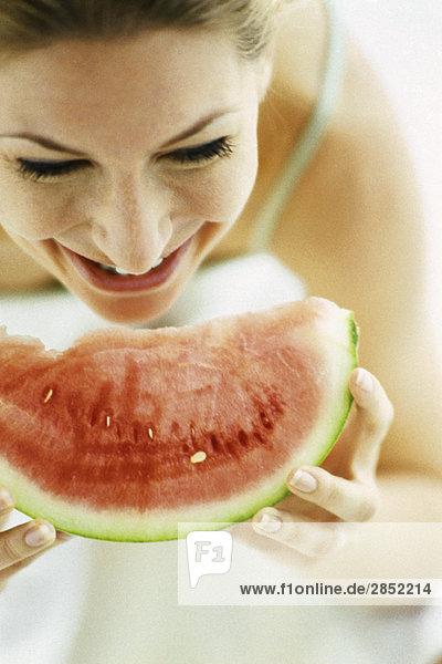 Frau isst Wassermelonenscheibe Frau isst Wassermelonenscheibe