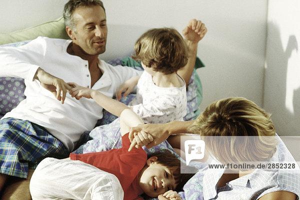 Familien-Rohbau im Bett