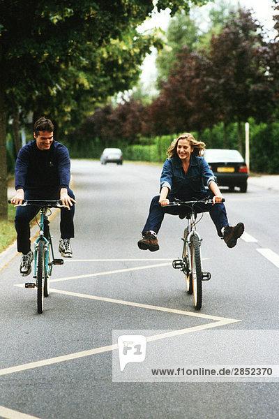Paar Fahrräder  Frau beim Tricksen