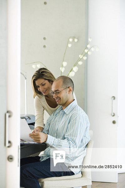Paar arbeitet zusammen im Home-Office